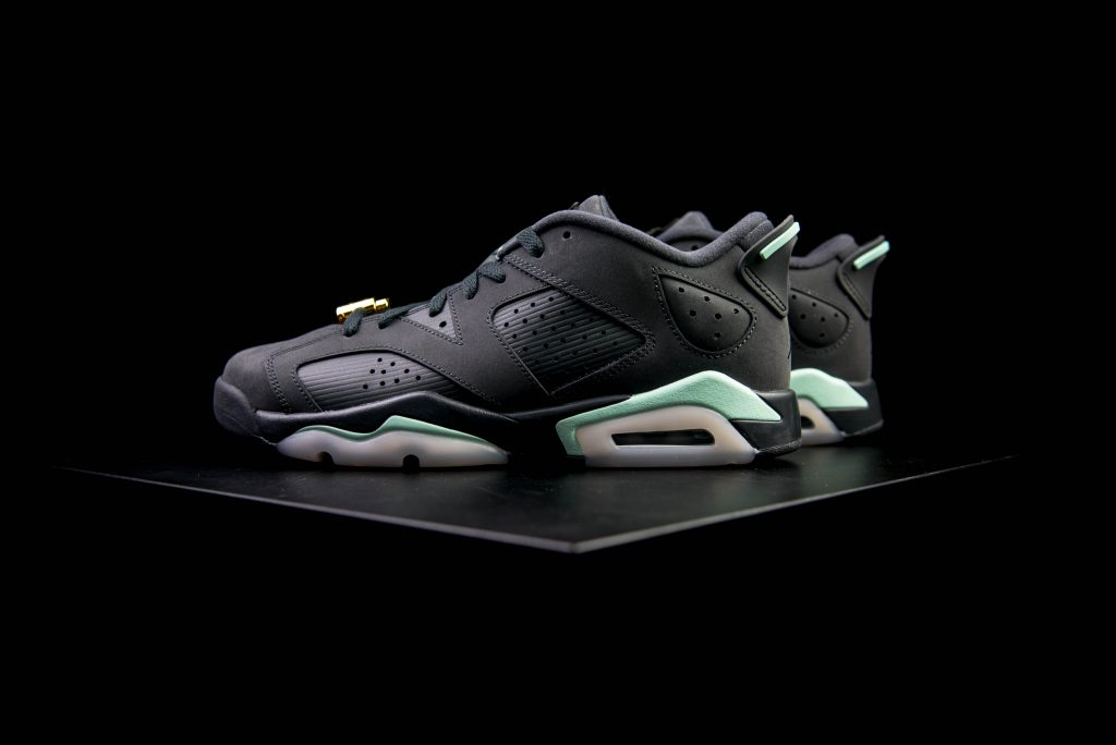 air_jordan_vi6_retro_low_gs_anthracite_mint_foam_metallic_gold-3