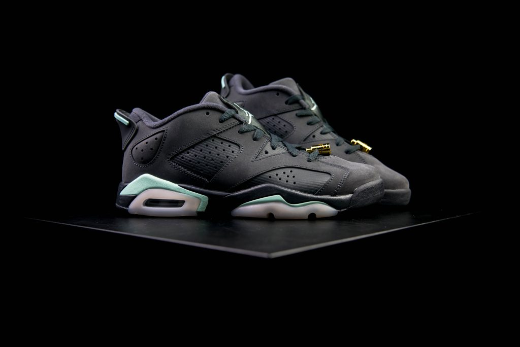 air_jordan_vi6_retro_low_gs_anthracite_mint_foam_metallic_gold-4