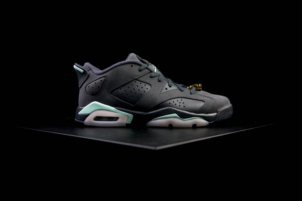 air_jordan_vi6_retro_low_gs_anthracite_mint_foam_metallic_gold-5